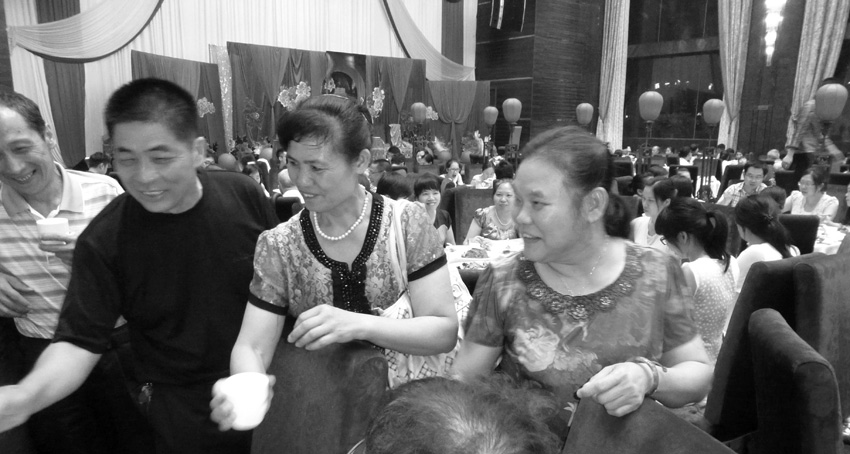 Die Brauteltern Nehmen Die Glückwünsche Der Gäeste Entgegen